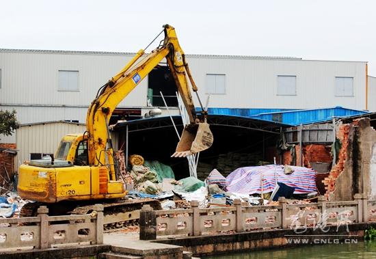 龙凤河沿岸2000多平违章建筑被依法拆除 拆后将进行绿化、绿美